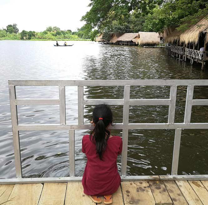 Niña-Camboya-mirando-rio-ODS-Turismo-Responsable