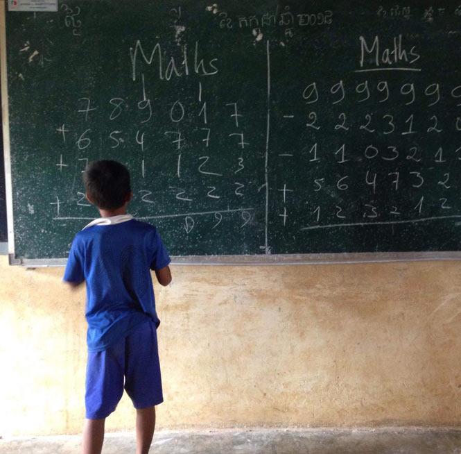 Niño-estudiando-Camboya-ODS-turismo-responsable-y-sostenible