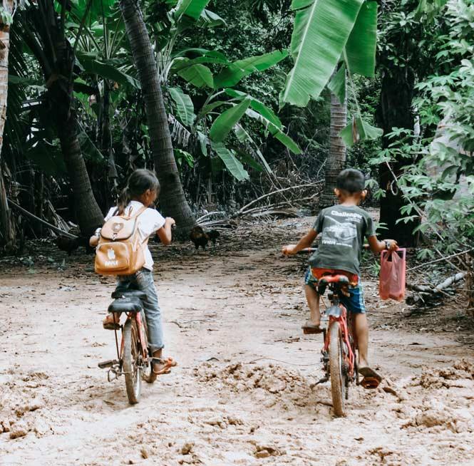 Niños-camboya-hacia-escuela-ODS-turismo-Responsable-y-Sostenible
