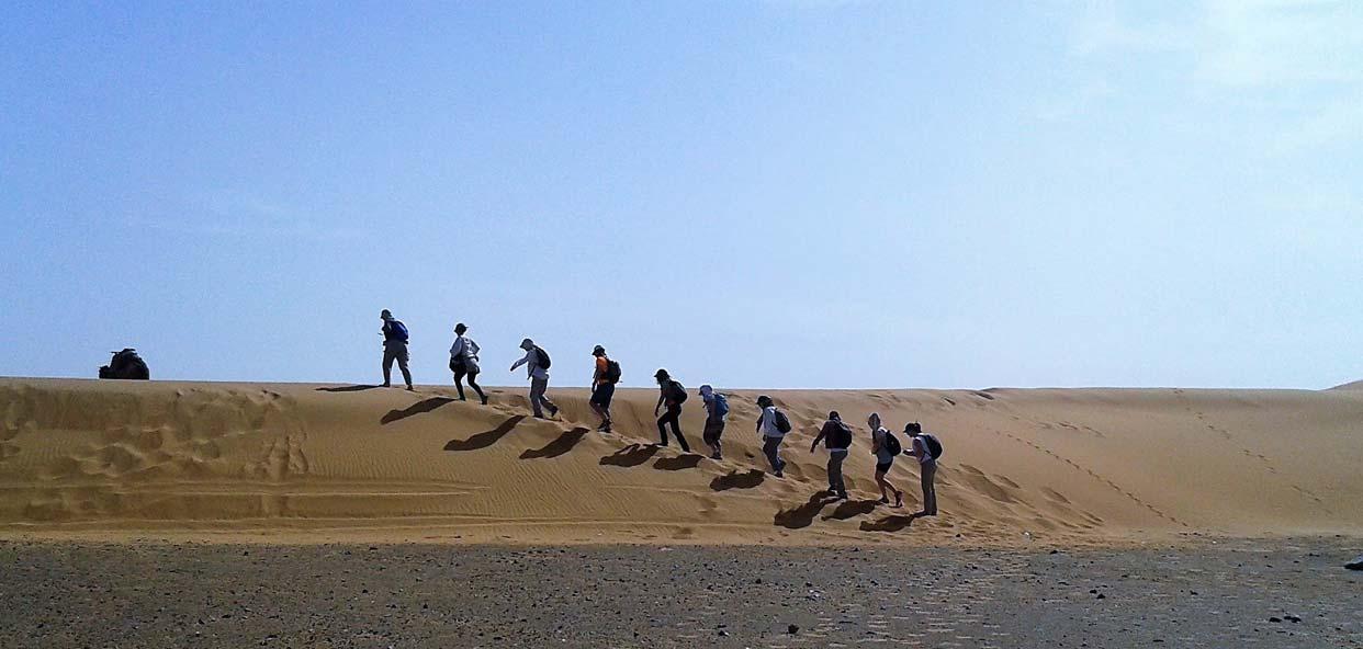 Paseando-por-las-dunas-trekking-desierto