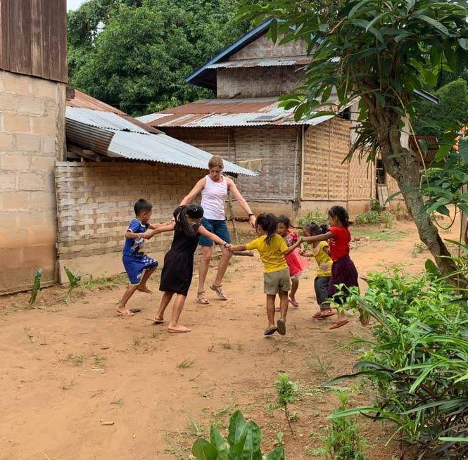 Turismo-Responsable-Laos-Jugando-niños