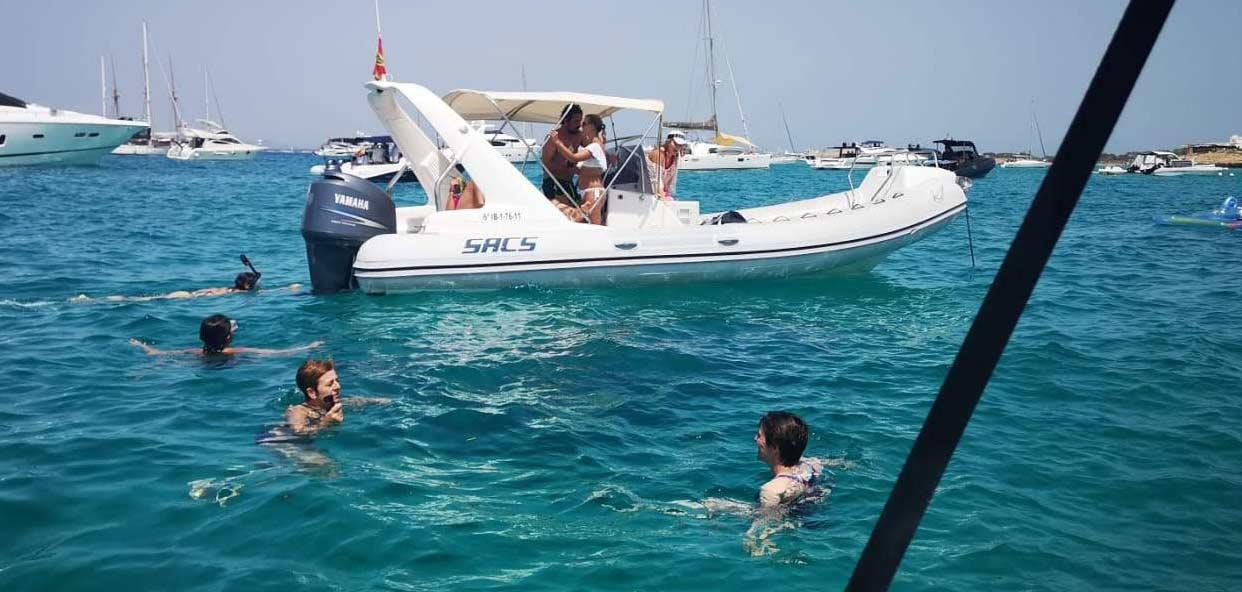 calas-barco-banos-buceo-formentera